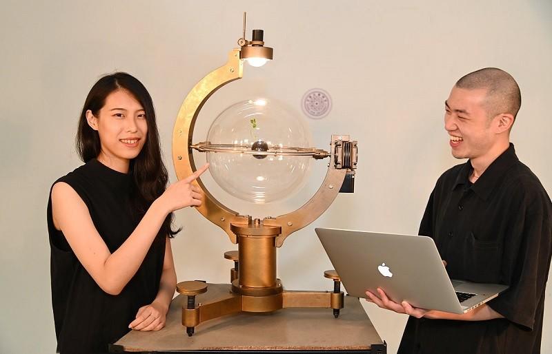 周巧其(左)與大學同學胡悠揚(右),組成創作雙人組「Y2K」(圖/清大官網)