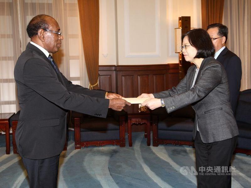 圖為2016年王哲夫向總統蔡英文呈遞到任國書。(中央社檔案照片)