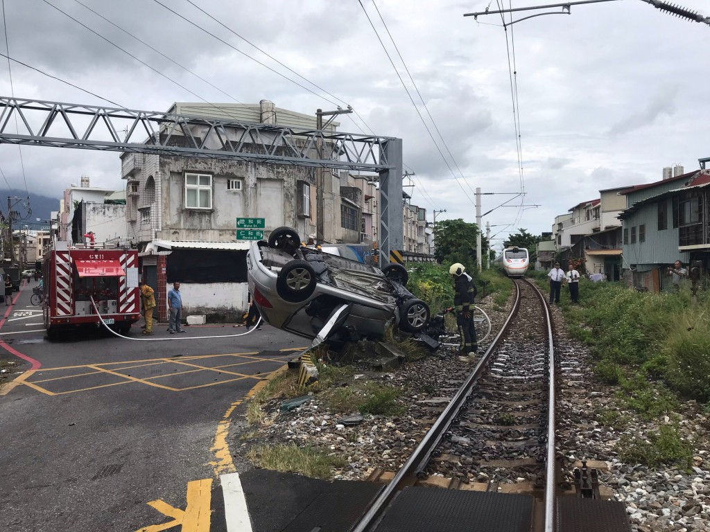 A driver died after a Taroko Express train hit his car at a crossing in Hualien.