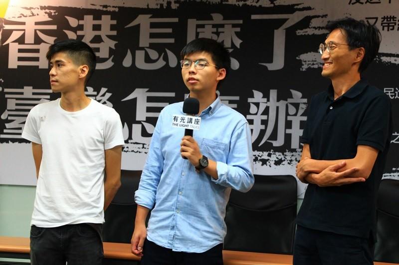 圖為黃之鋒(中)、香港立法會議員朱凱迪(右)、學聯前副秘書長岑敖暉(左)3日晚間在台中出席活動。中央社