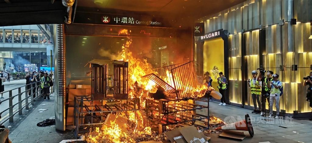 【更新】港人反送中遊行盼美通過人權法案「解放香港」 中環地鐵站一度遭縱火