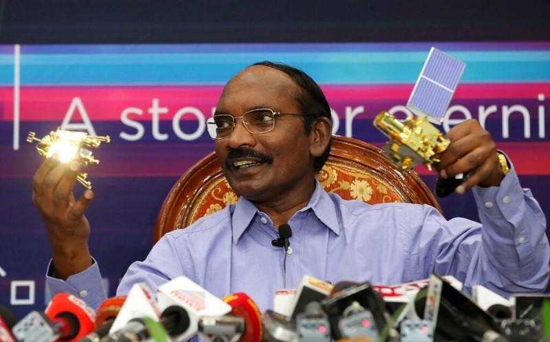 圖為8月20日印度太空組織主席: 席溫在記者會上介紹探月計畫的情形 (美聯社)