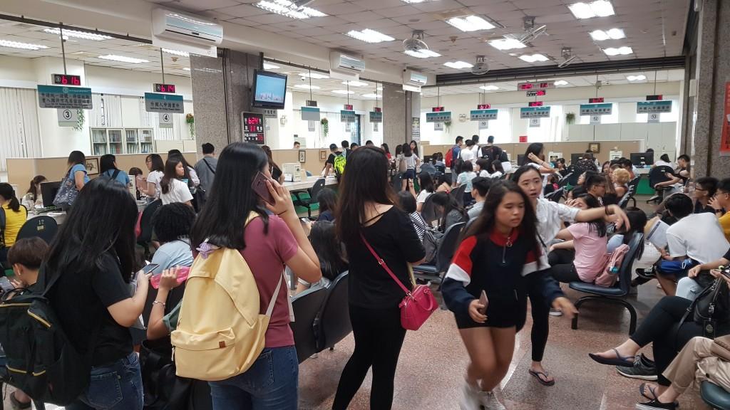 移民署臺北市服務站外事區大廳人潮眾多(圖/ 移民署)