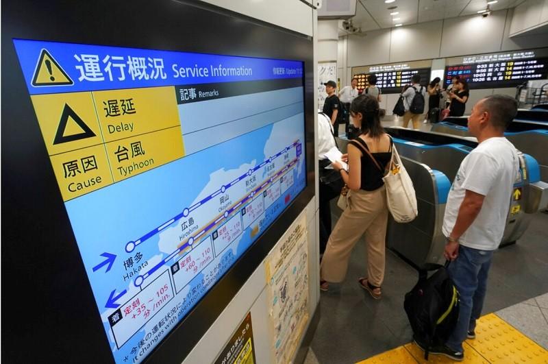圖為9日東京車站新幹線延遲通知 (美聯社)
