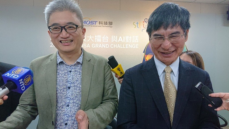 Taiwan AI Labs founder Ethan Tu (left) and MOST Minister Chen Liang-gee. (CNA photo)