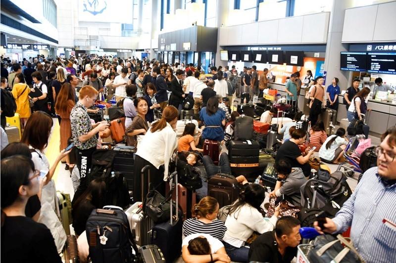 成田機場9日有大批旅客滯留 (美聯社)