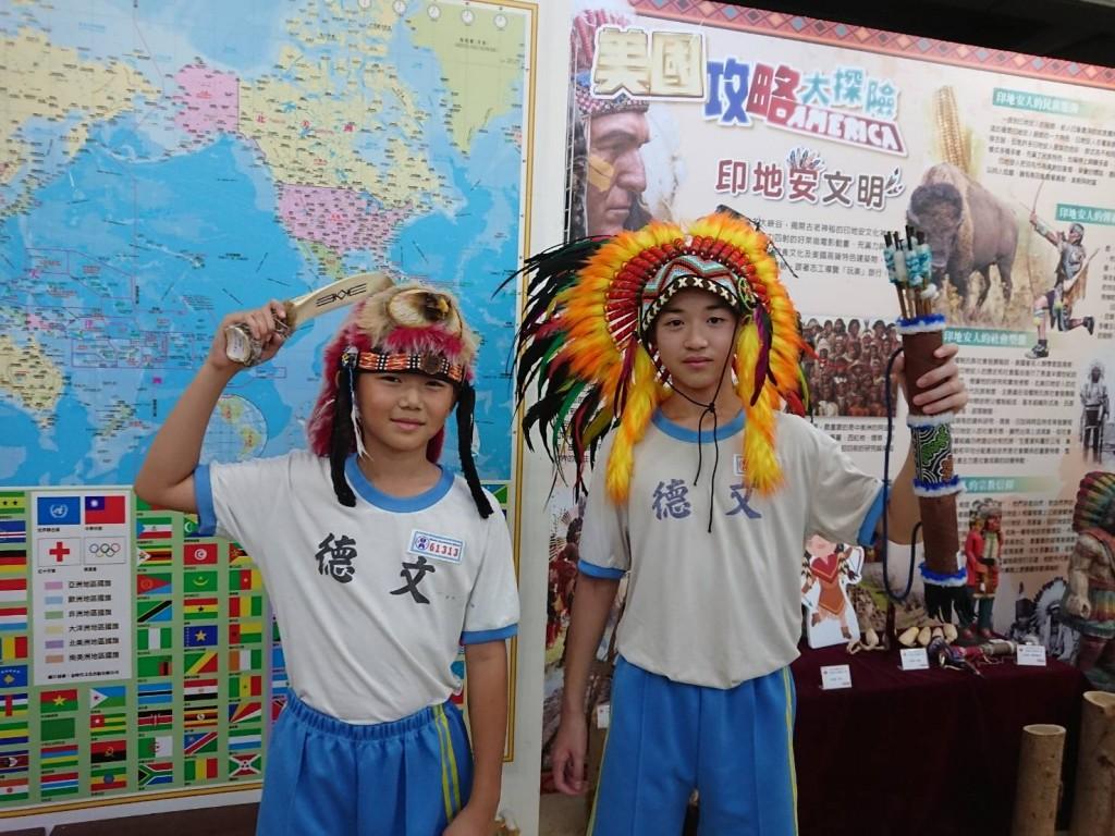 板橋分區國際文教中心文德國小美國展,彷彿跨越時空來到北美第一批印第安人手持木製弓箭以及石制兵器:骨刀,戴著代表酋長地位的印第安獵物帽,在大...