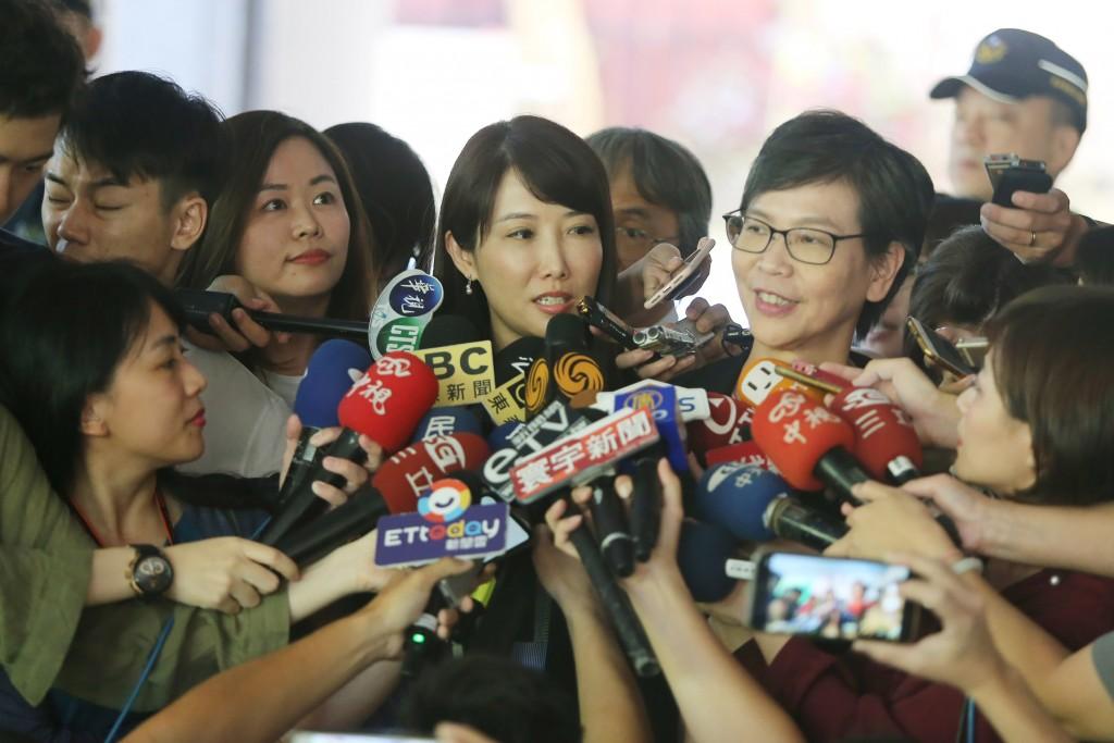 Ko aide Tsai Pi-ju (from right to left), Gou spokeswoman Evelyn Tsai and Wang Jin-pyng secretary Lin Szu-hui visited the CEC Tuesday.