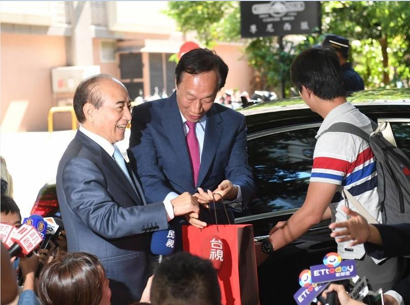 郭台銘(中)11日上午也到立法院鎮江辦公室,拜會前立法院長王金平(左),並贈送月餅。中央社