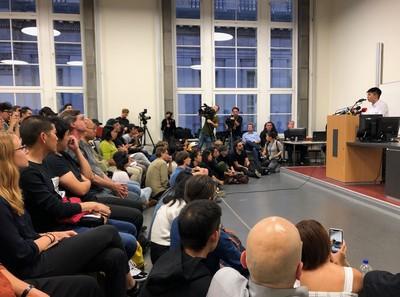 香港眾志秘書長黃之鋒,11日在柏林洪堡大學演講,現場座無虛席。中央社