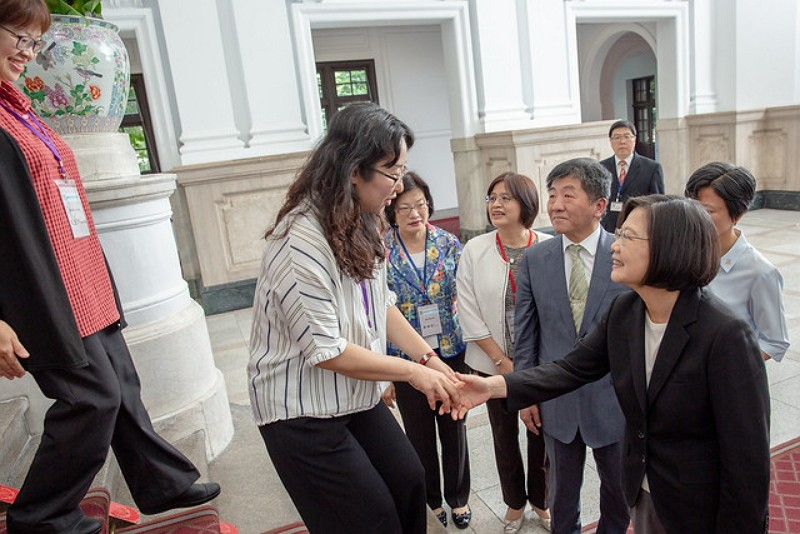 President Tsai meets social workers (Presidential Office photo)