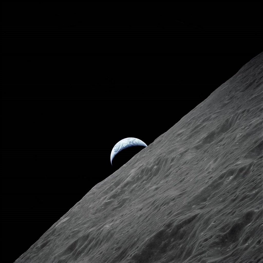 科學家11日透露,他們首度在溫度與地球類似、代號K2-18b的系外行星大氣中發現水分存在。圖為阿波羅17號太空船拍攝地球影像。(圖取自NA