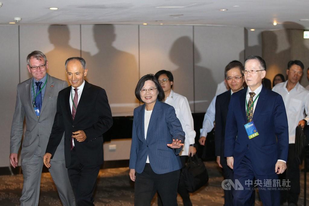 總統蔡英文(前中)12日下午出席「2019台灣永續峰會:以...