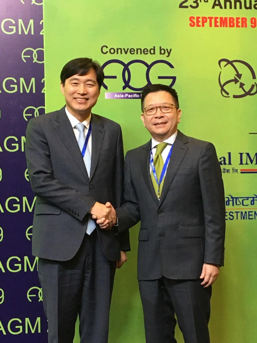 現任亞太地區集保組織(ACG)主席Byunghae Lee祝賀林修銘董事長當選下屆副主席。(照片由集保提供)
