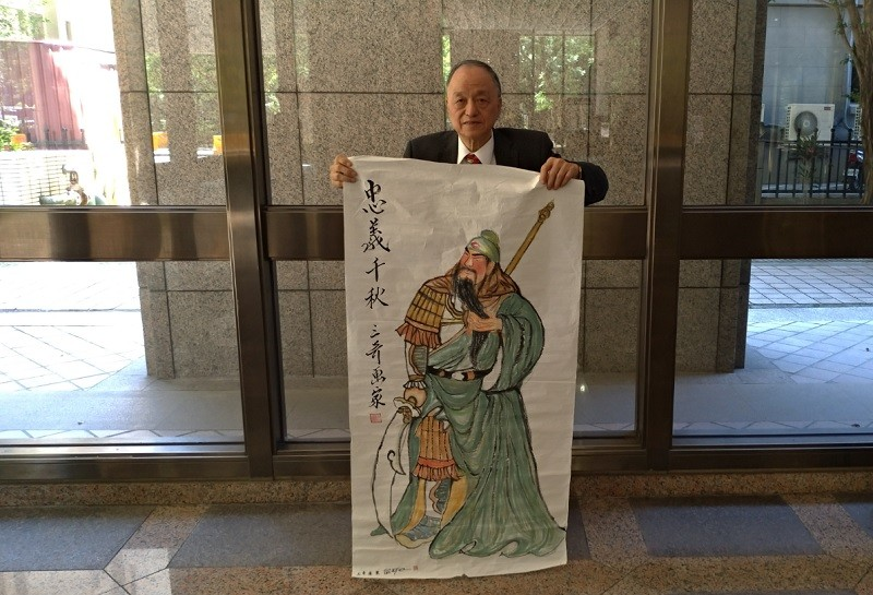 陳源奇今早也帶著關公畫像來領表。(台灣英文新聞/宇妍  攝影)