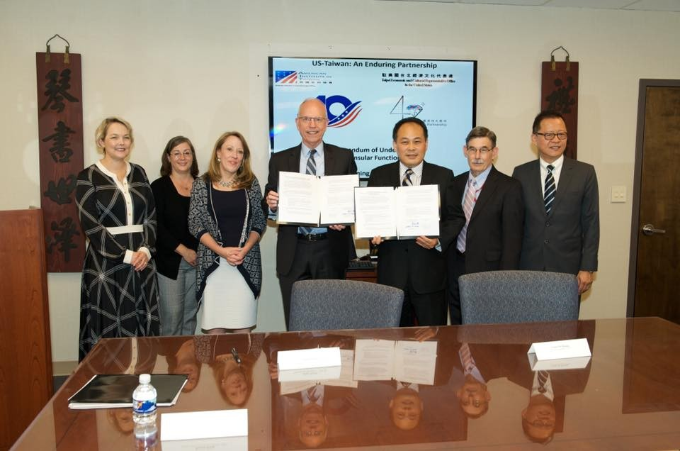 我國駐美副代表黃敏境(右3)與美國在台協會執行理事羅瑞智(中)(照片翻攝自我國駐美代表處臉書)