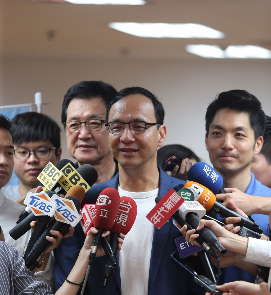 Former KMT Chairman Eric Liluan Chu (center) speaking to reporters Saturday September 14.