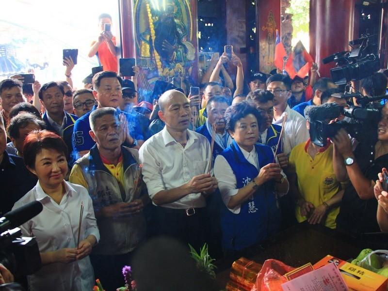 韓國瑜(前排左3)14日在盧秀燕(前排左1)陪同下,前往北屯紫微宮參拜。中央社