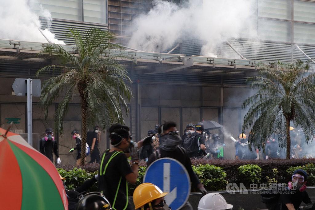 香港「反送中」示威者15日遊行後占領金鐘的夏愨道,包圍政府總部並射水及彈珠,警察則從內部發射催淚彈軀散。警方事前並未核准15日的遊行。中央...