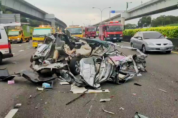 Semi-truck causes major pile-up on highway in N. Taiwan