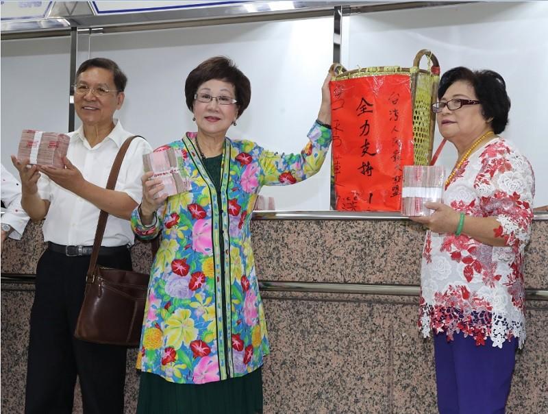 前副總統呂秀蓮(中)、前南投縣長彭百顯(左)17日帶著保證金前往中選會,登記為總統選舉被連署人。中央社