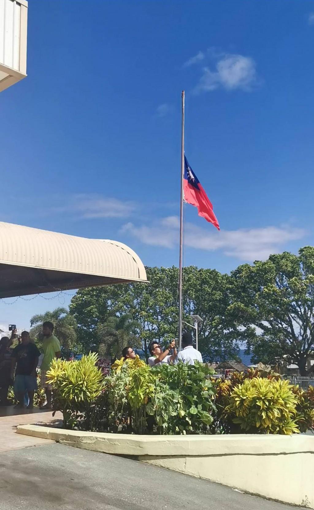 台灣與索羅門群島16日斷交,中華民國駐索羅門大使館17日早上舉行降旗典禮。