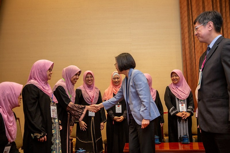 President Tsai meets local Muslims, touts Taiwan's Muslim-friendly environment. (Presidential Office photo)