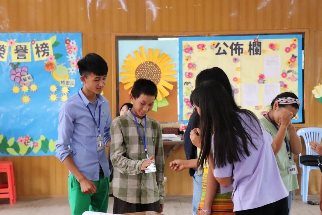 來自雲緬邊境的十一歲學員認真參與課堂活動的情形(圖/ 教育部)
