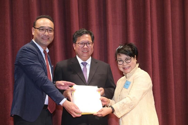 籌備會主席詹成吉(左),將成立協會的資料交給古素琴(右),桃園市長鄭文燦應邀見證。中央社