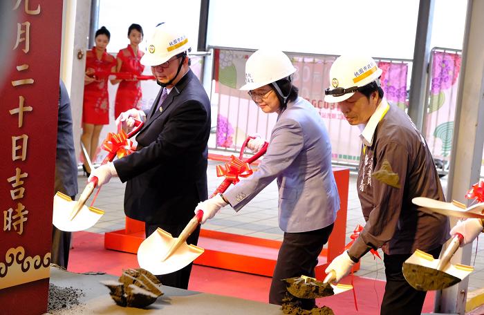 Pres. Tsai (Center) and Taoyuan Mayor Cheng (Left) at  MRT ground breaking ceremony, Sept. 20