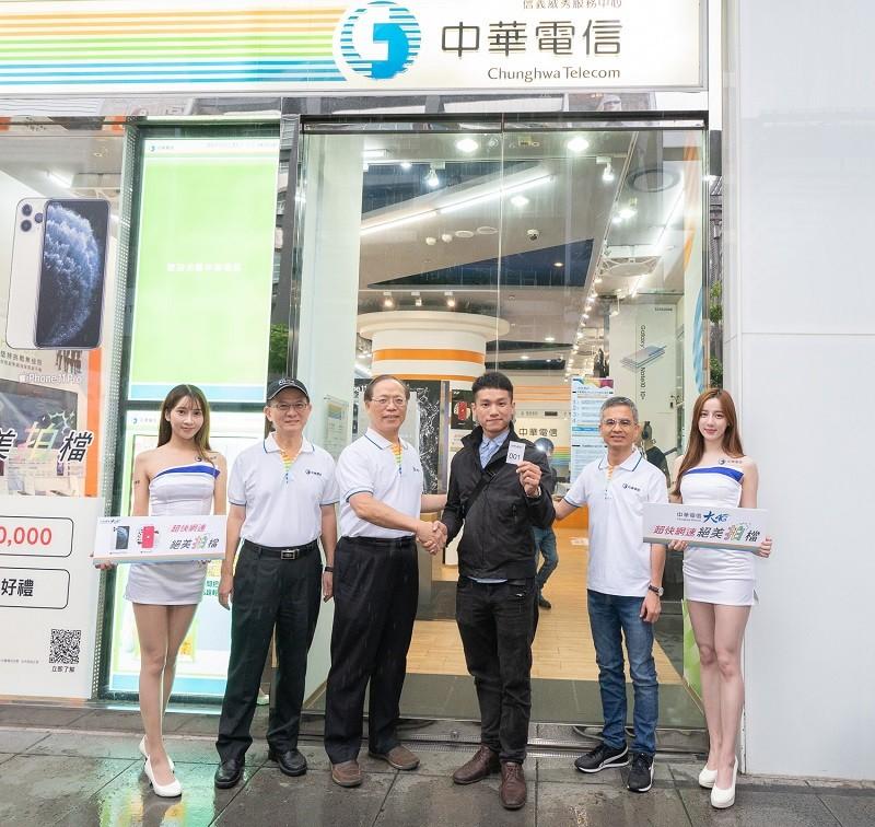 中華電信高層謝繼茂(左3)、郭水義(右2)及陳明仕(左2)共同迎接首購客戶(右3) (中華電信提供)