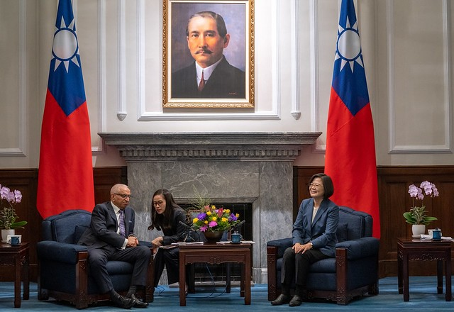 Tsai Ing-wen with SEMI President and CEO Ajit Manocha at the Presidential Office, Sept. 19 (Presidential Office photo)
