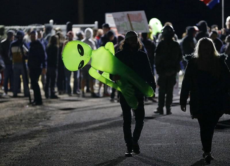 圖為20日當天, 在內華達沙漠51區附近出沒的群眾 (美聯社)