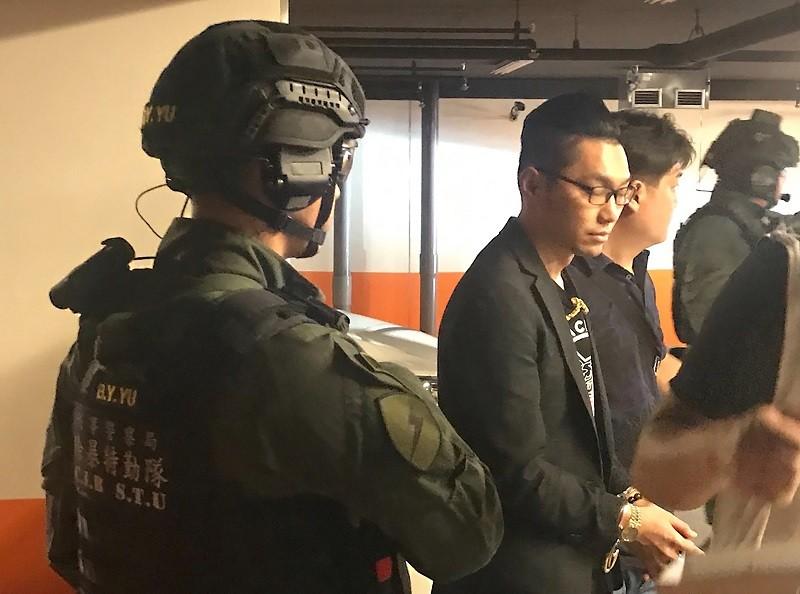刑事局南部打擊犯罪中心與高雄市刑大成立專案小組, 21日到新北中和區逮捕連千毅(左2)。中央社