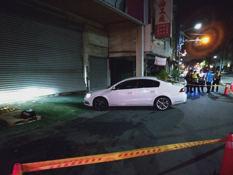 網紅連千毅位於鼓山區的直播站, 19日遭汽車衝撞。中央社