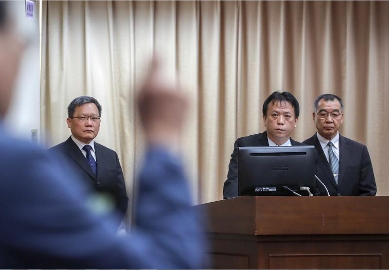 總統府副秘書長施克和(中)代陳菊出席,引起召委不滿。圖右為國安局長邱國正,左為財政部長蘇建榮。中央社