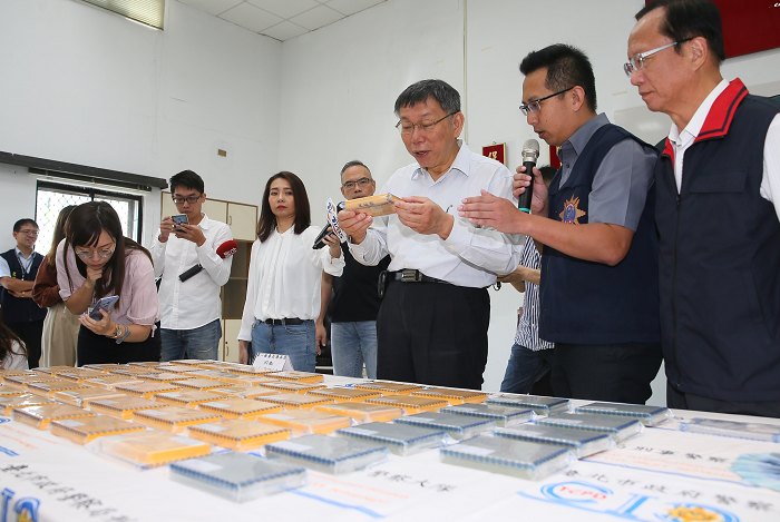 Taipei Mayor Ko Wen-je inspects seized heroin