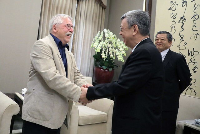 Vice President Chen Chien-jen (front right) meeting German singer and activist Wolf Biermann (photo courtesy of Presidential Office).