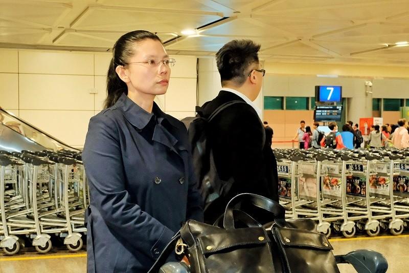 李明哲的妻子李凈瑜(左), 24日搭機返台 (中央社)