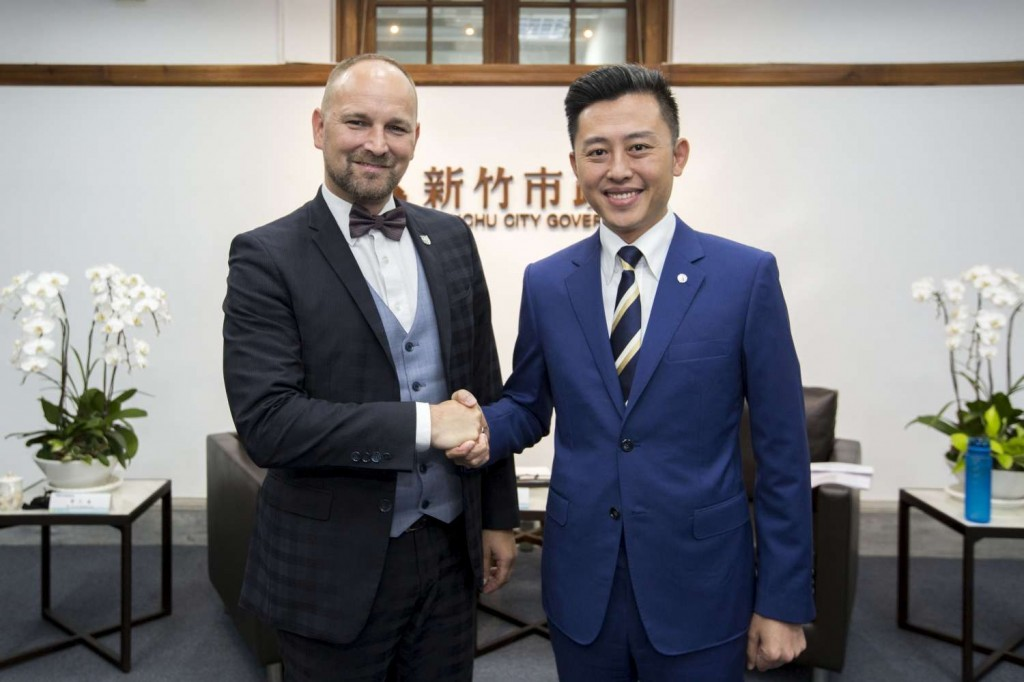 Trnava Governor Jozef Viskupic (left) visiting Hsinchu City Mayor Lin Chih-chien (photo courtesy of the Hsinchu City Government).