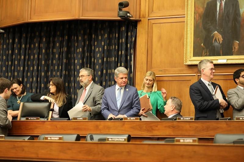 美國眾院外交委員會25日一致通過「香港人權與民主法案」。左5為共和黨首席議員麥考爾。中央社