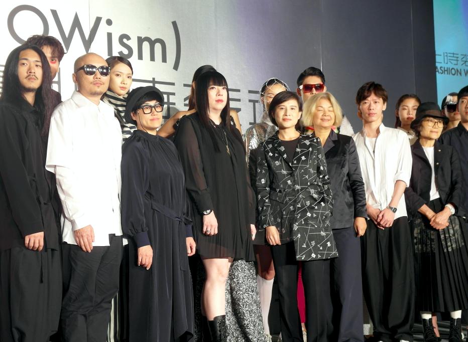 文化部部長鄭麗君(左5)、設計師潘怡良(左4)等出席台北時裝週宣告記者會(圖/台灣英文新聞Lyla)