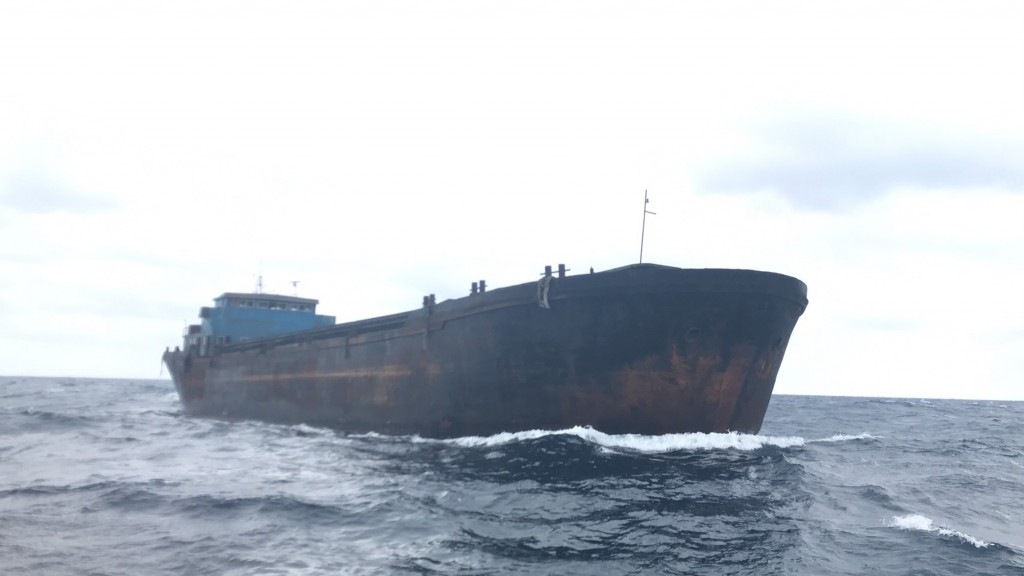 The empty freighter drifting off New Taipei City (photo by Coast Guard Administration)