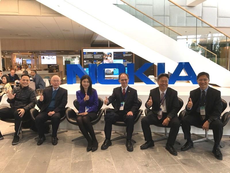 芬蘭Nokia 總部,台灣五大電信廠商與我駐芬蘭代表共同合影留念(圖/國經協會)