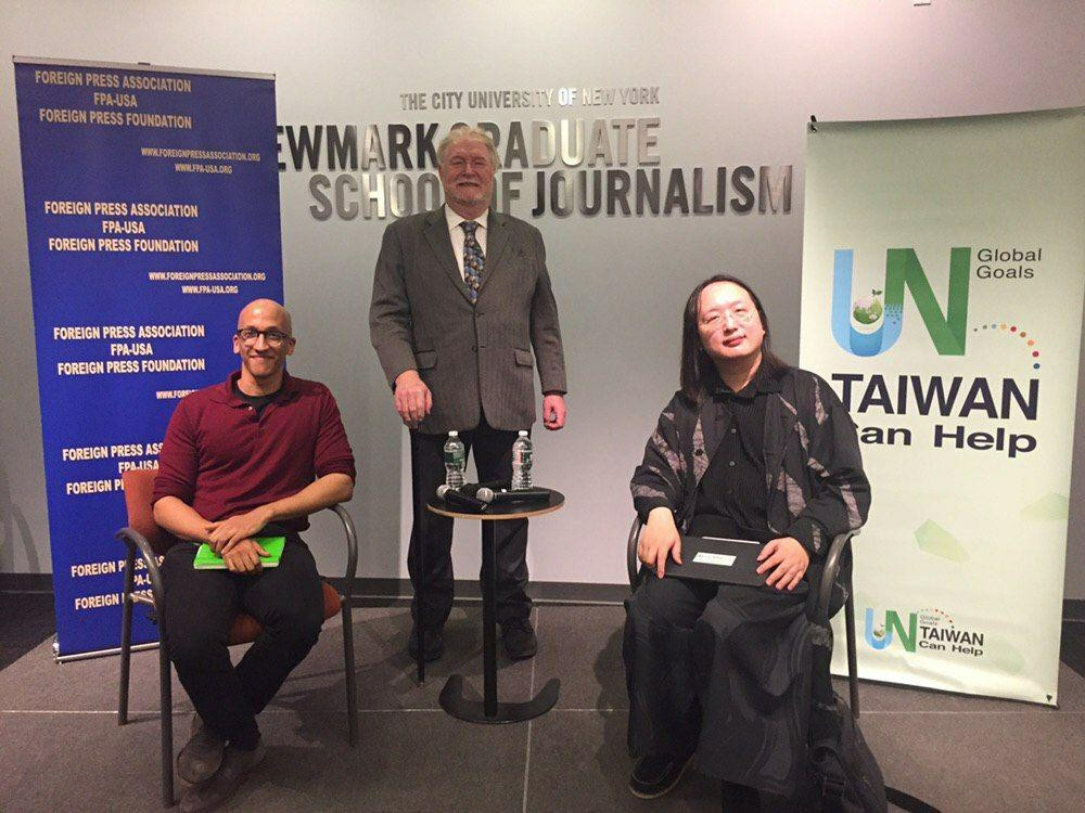 (左起)TED大會前研究經理Joseph Isaac、外籍記者協會副會長Ian Williams及政務委員唐鳳(照片來源:外交部提供)