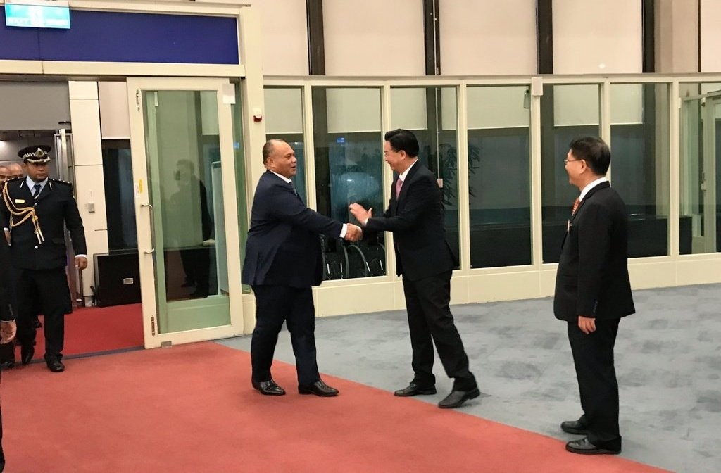 外交部長吳釗燮於28日在機場歡迎諾魯總統安格明來訪(照片翻攝自外交部Twitter)