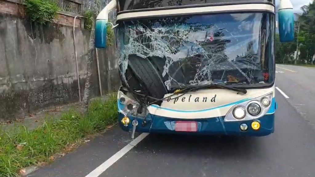 Tires from a truck smashed into a bus in Hualien Saturday September 28.