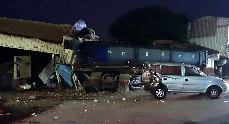 聯結車撞進鐵皮屋, 嚇壞附近民眾 (中央社)