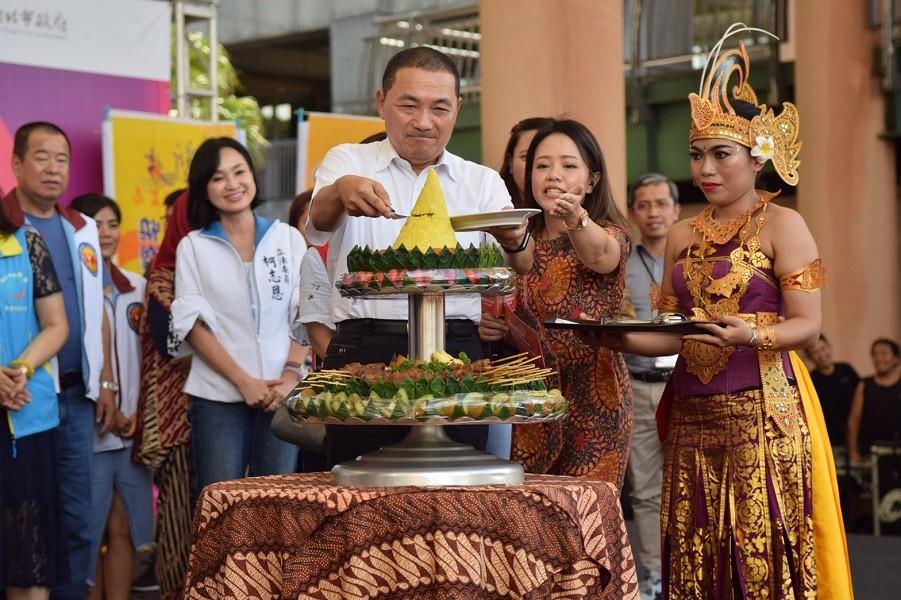 新北市長侯友宜以印尼傳統黃薑飯祈福儀式,表示新北市對印尼朋友們的尊敬及感恩之意(圖/ 新北市政府)