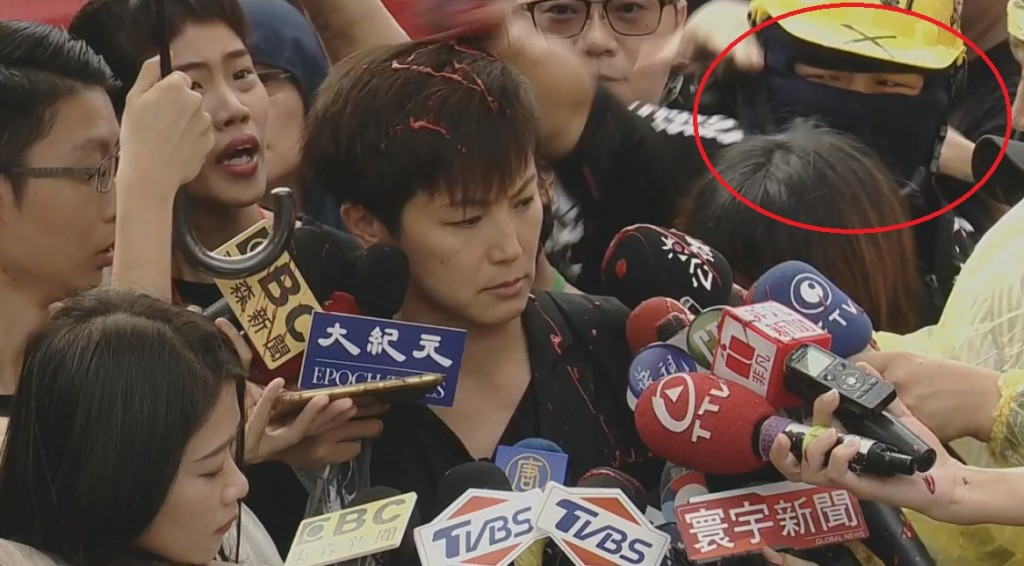 Hu (right). (Screenshot from Facebook group @theHongKongOutlanders)